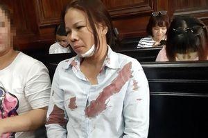 Vợ bị cáo bị đánh ngất xỉu ngay tại tòa