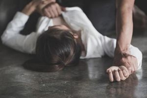 Dùng dao khống chế cô gái để hiếp dâm
