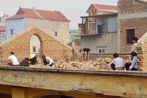 Học sinh bị phạt ngồi đẽo gạch trên mái nhà giữa trời nắng nóng