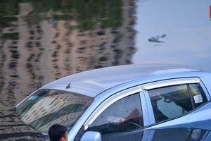 Hà Nội: Ô tô bất ngờ lao xuống sông Tô Lịch