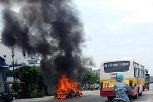 Hải Dương: Xe Toyota bất ngờ bốc cháy dữ dội khi đang lưu thông