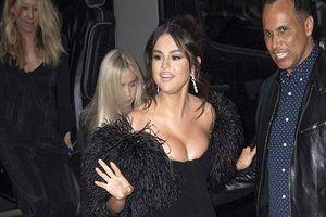 Selena Gomez gây chú ý với váy bó sát, chèn ép ngực đầy sau tin đồn vẫn liên lạc với Justin Bieber