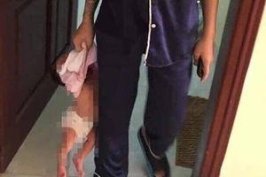 Truy tìm mẹ trẻ xăm trổ xách con nhỏ vài tháng tuổi lủng lẳng trên tay
