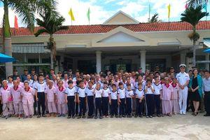 Chỉ huy và thủy thủ tàu Hải quân Hoàng gia Canada thăm Trung tâm BTXH tỉnh Khánh Hòa