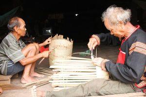 Đắk Lắk: Giữ gìn nghề đan gùi truyền thống của người M'Nông ở Đắk Phơi