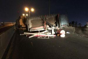 Kẹt xe cục bộ cầu Phú Mỹ vì xe tải lật ngang chắn hết đường