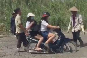 Hai cô gái mặc váy ngắn vô tư phóng xe vào đường đang đổ bê tông và cái kết đắng
