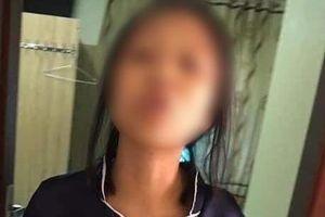 Dân mạng lên án người phụ nữ túm áo, xách đứa trẻ trên tay