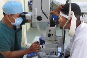 Bị bệnh nan y, hiến tặng giác mạc giúp 2 chàng trai sáng mắt.