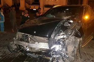 Hà Nội: Mercedes tông thẳng vào chân cầu vượt Láng Hạ, đầu xe biến dạng