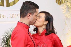 MC Phương Mai đắm đuối 'khóa môi' chồng Tây trong lễ ăn hỏi