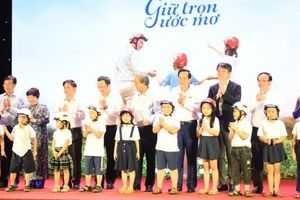Gần 2 triệu mũ bảo hiểm cho học sinh lớp 1 sẽ được trao tặng
