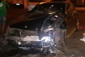 Xe Mercedes hư hỏng nặng sau cú tông vào chân cầu vượt Láng Hạ