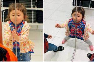 Cô bé mái ngố bỗng chốc 'nổi như cồn' trên mạng xã hội nhờ trò nghịch của mình trong lúc chờ mẹ shopping