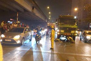 Xe tải chở đất húc đuôi xe máy, một phụ nữ tử vong giữa phố Hà Nội