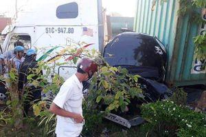 Va chạm với xe đầu kéo, 5 người trên xe con thiệt mạng