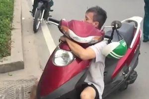 'Ngáo đá' ôm chặt xe máy, lắc lư trên xa lộ