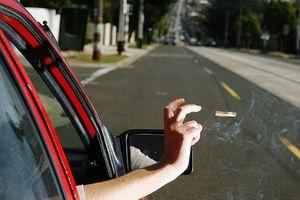 Vứt thuốc lá xuống đường trước mặt cảnh sát, tài xế nhận án phạt nặng
