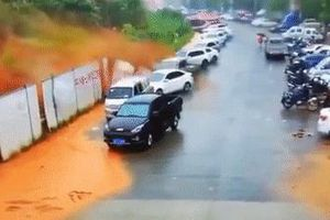 Hàng chục ôtô bị vùi lấp sau vụ lở núi kinh hoàng