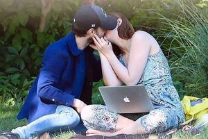 Sao 'Harry Potter' hôn đắm đuối bạn gái ở công viên