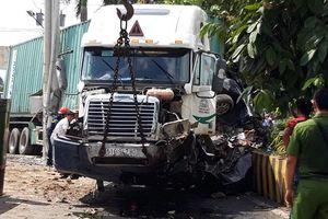 Xe container tông xe bốn chỗ, năm người thiệt mạng