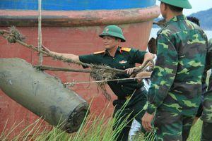 Trục vớt thành công quả bom 400kg dưới sông Lam