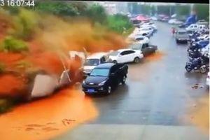 Cận cảnh lở đất kinh hoàng cuốn phăng hàng loạt ô tô ở Trung Quốc