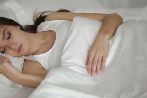 Thói quen ngủ mở đèn sáng khiến phụ nữ tăng cân