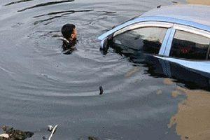 Cảnh sát Hà Nội dầm mình dưới sông Tô Lịch trục vớt ô tô giúp người dân
