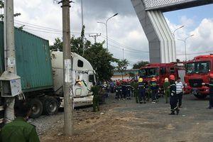 Kinh hoàng giây phút xe container tông ô tô 4 chỗ làm 5 người chết