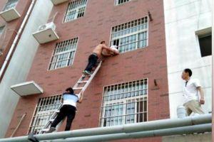Nghẹt thở xem giải cứu bé trai bị kẹt cổ ngoài cửa sổ tầng 3 chung cư