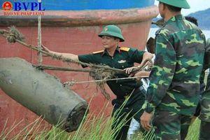 Đưa lên bờ an toàn 'Thần chết' nặng 400kg ở sông Lam