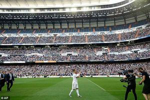 Eden Hazard ra mắt hoành tráng hơn cả Ronaldo, hôn lên logo Real Madrid