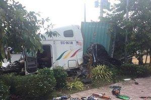 Nóng: Container tông ô tô 4 chỗ trên quốc lộ 22, 3 người thiệt mạng