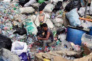 Thảm cảnh trong khu ổ chuột lớn nhất thế giới: Bẩn thỉu, tồi tàn, bữa ăn từ bãi rác và mạng sống bị đánh cược mỗi ngày