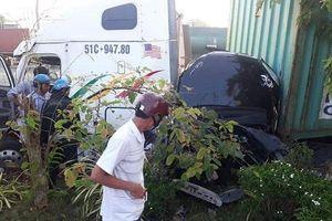 Xe container húc xe ôtô 4 chỗ bẹp dúm, 5 người trên xe tử vong