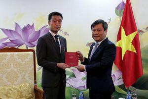 Thứ trưởng Vũ Đại Thắng trao Kỷ niệm chương cho Phó Giám đốc quốc gia Ngân hàng Phát triển châu Á