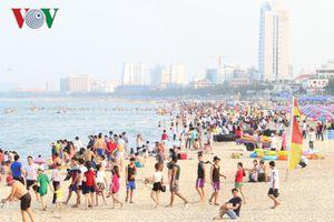Hàng ngàn người tới biển Đà Nẵng trốn nóng