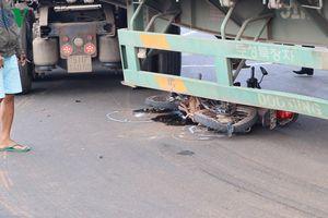 Xe container cuốn nát xe máy dưới gầm, một phụ nữ thoát chết khó tin