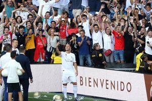 CĐV chơi trội mặc áo Barca đến xem Hazard ra mắt Real và cái kết