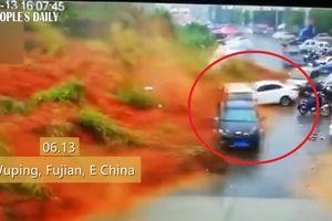 Clip: Lở đất khủng khiếp như tận thế, cuốn phăng hàng chục ô tô