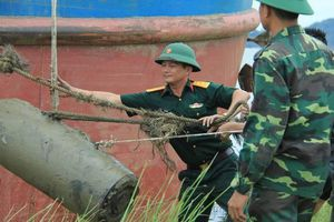 Trục vớt quả bom nặng 400kg vướng lưới ngư dân ở Hà Tĩnh