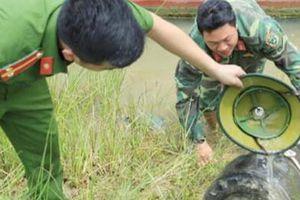 Trục vớt quả bom nặng gần 400kg mắc lưới ngư dân Hà Tĩnh