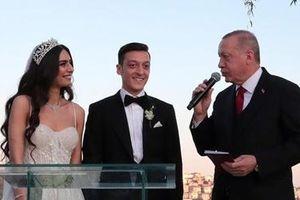 Tổng thống Thổ Nhĩ Kỳ trở thành… phù rể