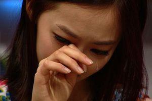 Nữ ca sĩ Hàn khóc nức nở khi livestream khiến fan lo lắng
