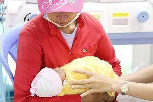 Người mẹ trẻ quay lại nhận con sau khi bỏ rơi gần 1 tháng ở bệnh viện