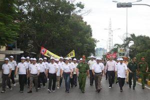 Hàng ngàn người dân Quảng Trị đi bộ kêu gọi 'uống rượu bia không lái xe'