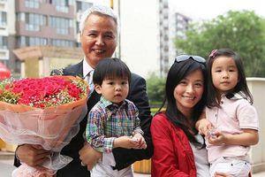 Con gái sở hữu hàng chục ngàn tỷ đồng, mẹ của Trương Đình vẫn đến công ty đóng gói từng sản phẩm giúp con