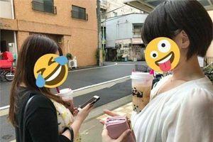 Trào lưu mới ở Nhật khiến các cô gái 'ùn ùn' tham gia: Uống trà sữa không cần dùng tay!