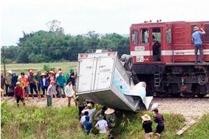Cố tình băng qua đường sắt, xe tải bị tàu hỏa tông biến dạng